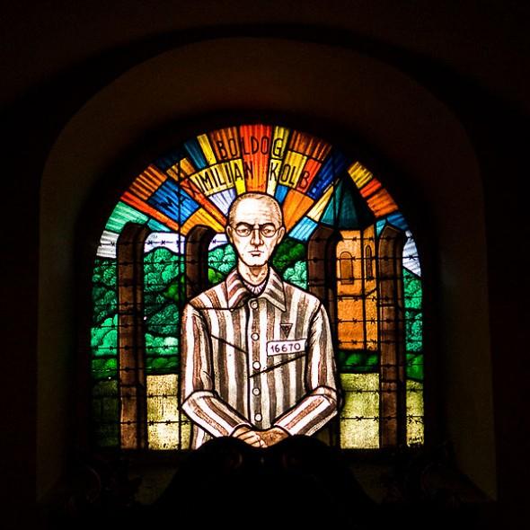 nglish: Stained glass window depicting Maximilian Kolbe in the Franciscan church in Szombathely, Hungary Data   9 września 2007(2007-09-09) Źródło   Praca własna Autor   Primaryspace Licencja (Ponowne użycie tego pliku)   Public Domain